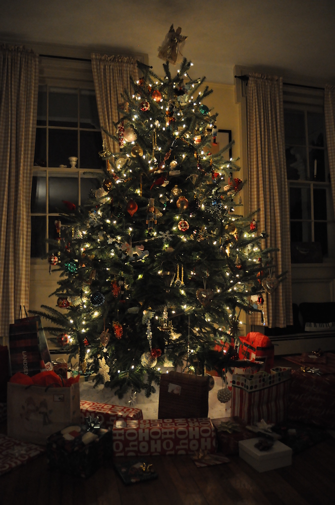 Christmas_tree_with_presents